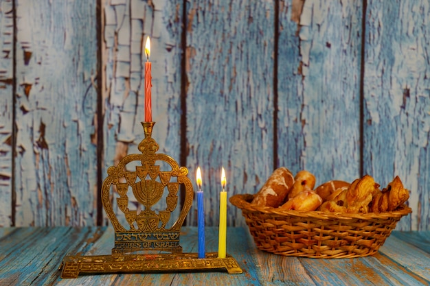 Zweiter tag von chanukka mit brennenden chanukka-kerzen chanukka-traditioneller kandelaber