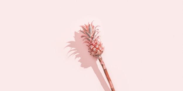 Zwerg zierrosa ananasblume auf rosa papierhintergrund mit hartem licht. monochromes bild, feiertagseinladung im minimalen stil.