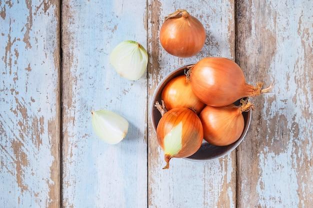 Zwiebel auf einem holztisch