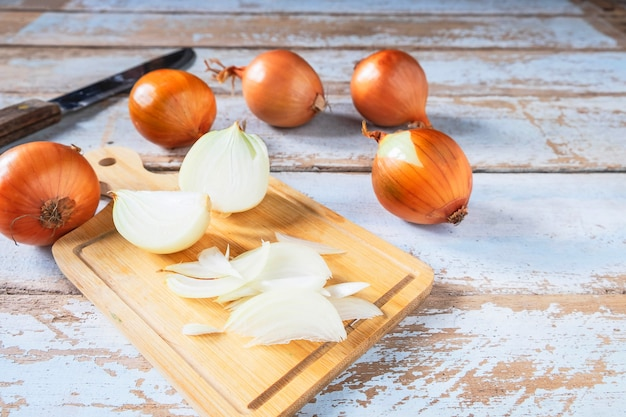 Zwiebel geschnitten auf ein hölzernes schneidebrett