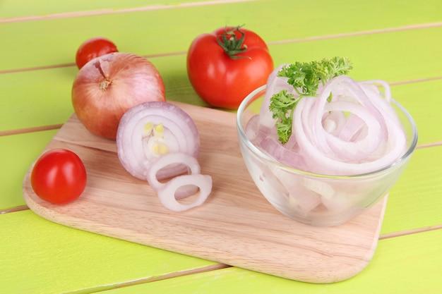 Zwiebel mit ringen in schüssel auf holztisch nahaufnahme geschnitten