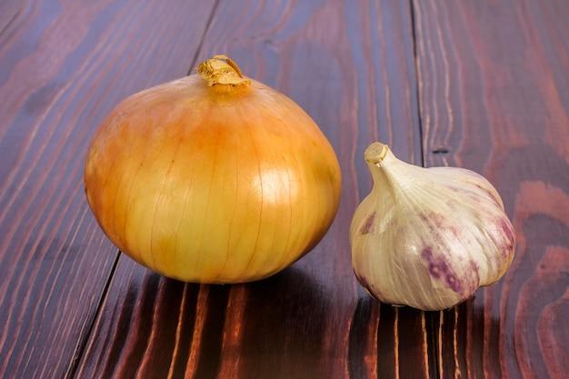 Zwiebel und knoblauch kopf auf einem holztisch
