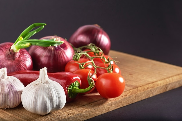 Zwiebel und knoblauch und peperoni und tomaten.