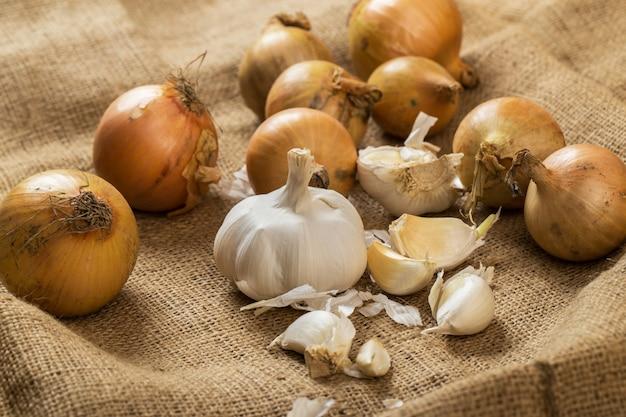 Zwiebeln und knoblauch auf decke