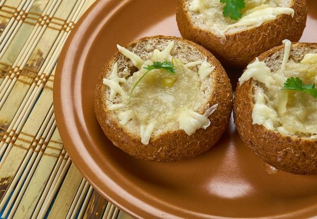 Zwiebelsuppe brotschalen , französische zwiebelsuppe in die brotschalen.