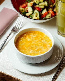 Zwiebelsuppe mit gemüsesalat