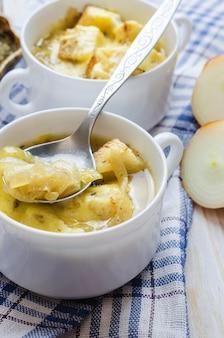 Zwiebelsuppe mit käse in der weißen schüssel