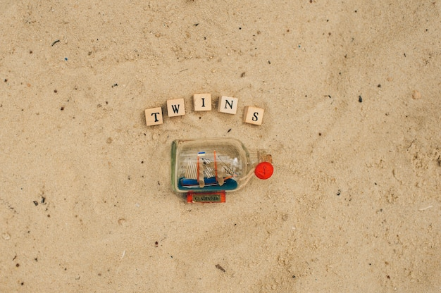 Zwillinge inschrift auf dem sand