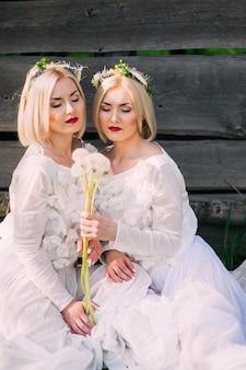 Zwillingsschwestern, die löwenzahn durchbrennen