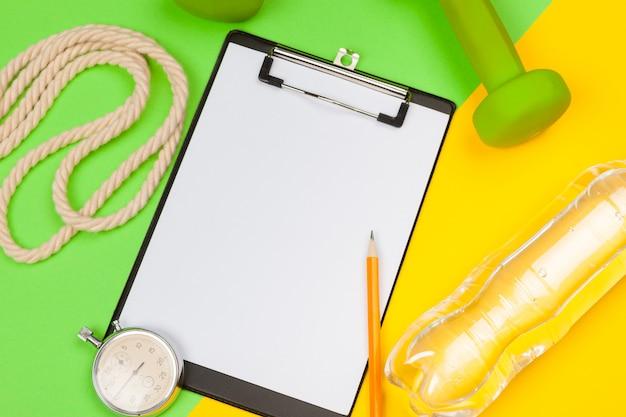 Zwischenablage mit fitnessgeräten hantel auf gelb