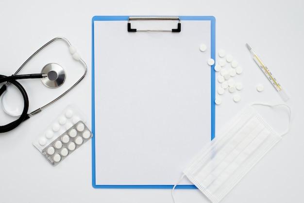 Zwischenablage mit medizinischen instrumenten