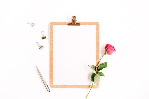 Zwischenablage modell und rosa rosenblumenmuster auf weißer oberfläche