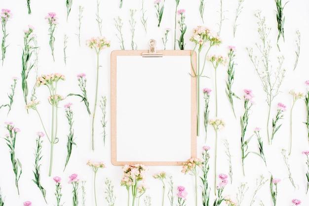 Zwischenablage modell und wildblumenmuster