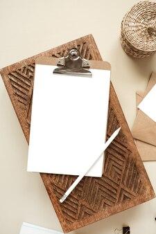 Zwischenablage tablettblock mit leerem papierblatt. arbeitsbereich für das home office des künstlers