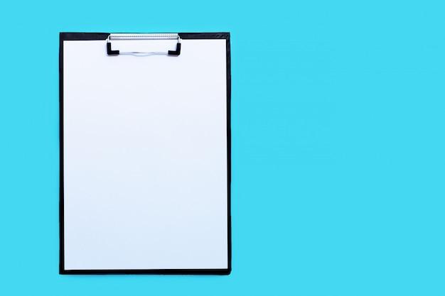 Zwischenablagen mit leerem weißem papierblatt auf blauem hintergrund.