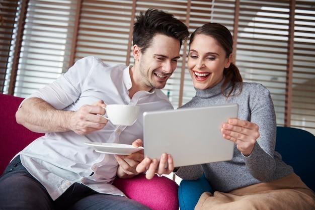 Zwischendurch kaffeepause bei der arbeit mit digitalem tablet