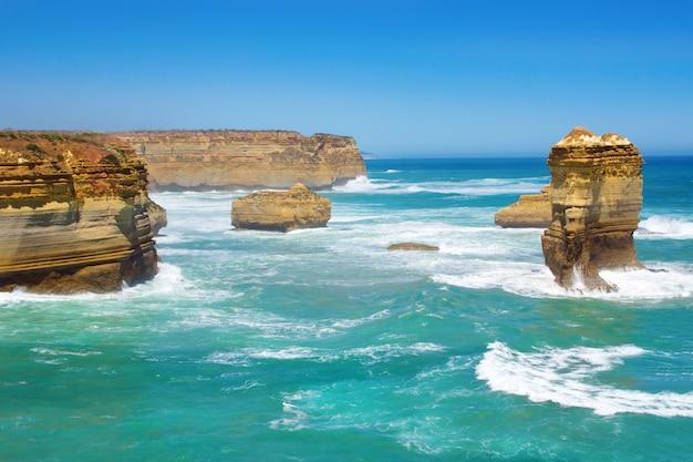 Zwölf apostel setzen und felsen in australien, victoria, schöne landschaft der großen ozeanstraßenküstenlinie auf den strand