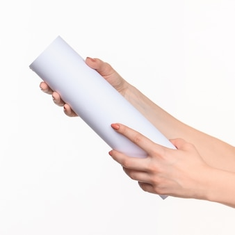 Zylinder weibliche hände auf weiß