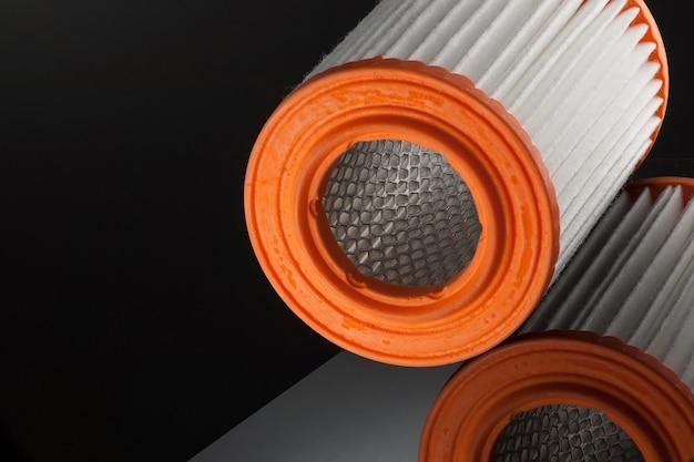 Zylinderform des automobilfilters auf schwarzem hintergrund mit reflexion