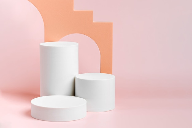 Zylinderpodest mit treppe und bogen. abstrakter hintergrund mit verschiedenen geometrischen formen in pastellfarben für die produktpräsentation
