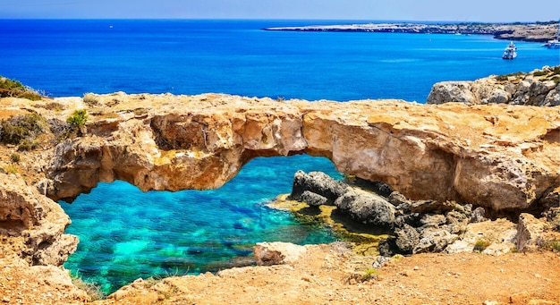 Zypern insel - erstaunliche felsige brücke berühmt als