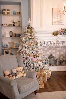 02.02.2019、サンクトペテルブルク、ロシア、クリスマスツリー、装飾的なelements.interiorデザイン、魔法の雰囲気で飾られた繊細な明るい色の部屋の美しいモダンなデザイン。パステルカラー