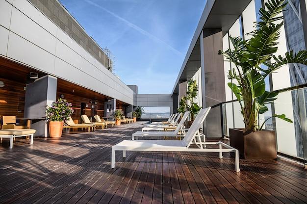 美しい街の景色を望む屋上スイミングプール。プレミアムホテル。 03.01.2020バルセロナ、スペイン