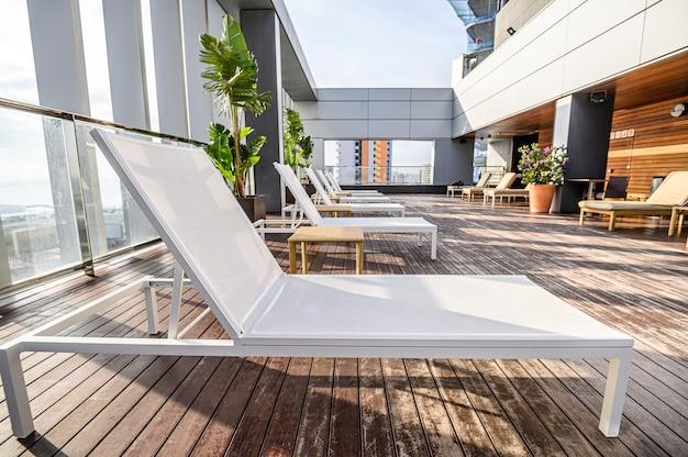 高層ビルの美しい街の景色を望む屋上にあるスイミングプール。 。プレミアムホテル。 03.01.2020バルセロナ、スペイン