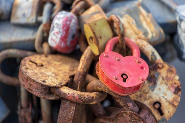 04.04.2021 россия выборгские замки в форме сердца прикреплены к металлической изгороди. символ вечной любви. фото высокого качества