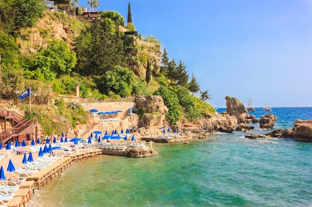 アンタルヤの地中海の風景。山、海、ヨットと街の眺め - アンタルヤ、トルコ、04.23.2019