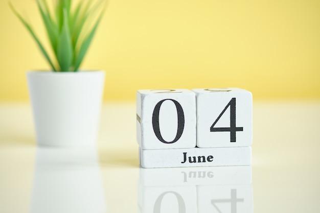 04 четвертого июня месяц календарь концепции на деревянных блоков.