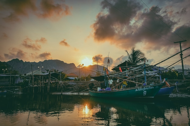 Рыбацкая лодка в реке. работающая рыбацкая лодка для продажи на реке. рыбацкая лодка используется - 04