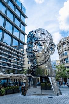 プラハ/チェコ-05.21.2019:プラハの中心にある記念碑の頭フランツカフカを移動します。アートプレートは64プレートの光沢のある彫刻をクローム