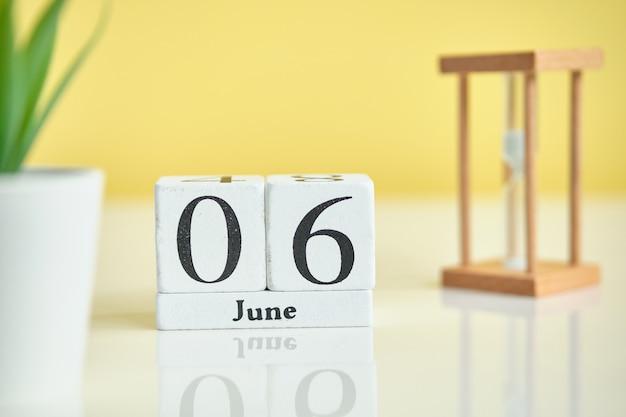 06-ое июня концепция календаря месяца на деревянных блоках.