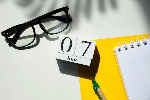 07-ое июня концепция календаря месяца на деревянных блоках.