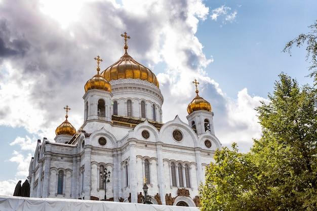 Москва, россия, 08/06/2019: храм христа спасителя против голубого неба в солнечный день.