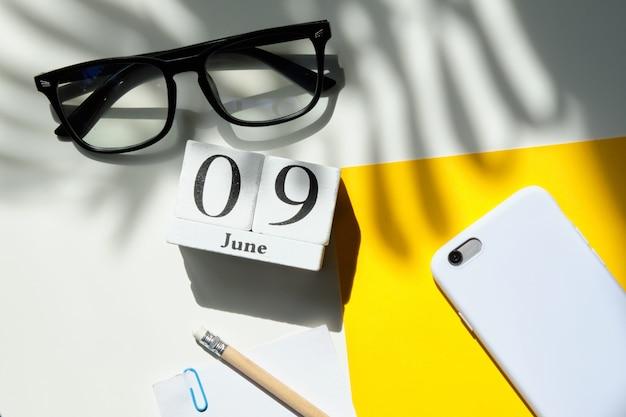09-ое июня концепция календаря месяца на деревянных блоках.
