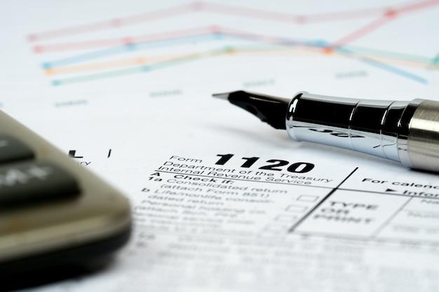 0 налоговых форм крупным планом с калькулятором и красочными диаграммами