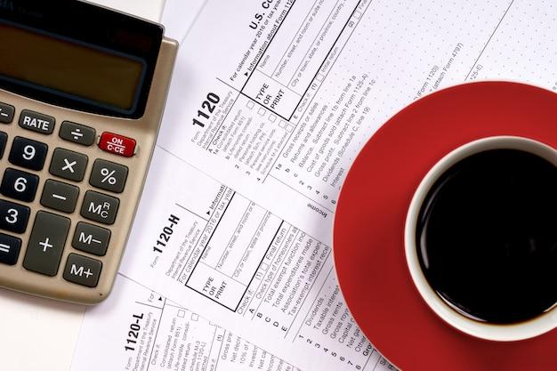 0 видов налоговых форм с чашкой кофе и калькулятором