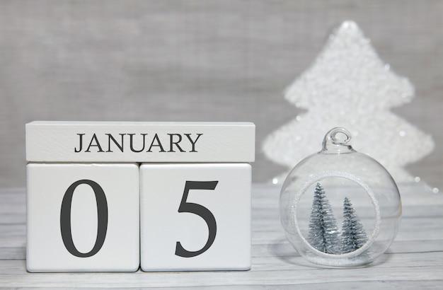1年の最初の月、数字と1月のカレンダー、1月5日。記念品としての新年のおとぎ話。