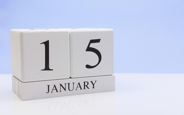 1月15日月の15日目、反射と白いテーブルの上の毎日のカレンダー