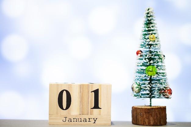 青色の背景に1月1日とクリスマスの装飾