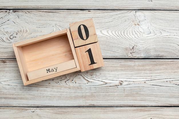 1 мая. изображение 1 мая деревянный цветной календарь. весенний день, пустое место для текста. международный день работников