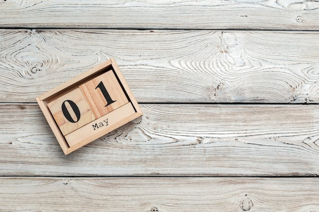 1 мая. изображение 1 мая деревянный цветной календарь на деревянный.