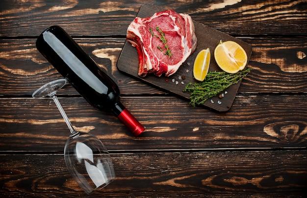 生の牛肉ステーキとスパイス、ワイン1本、グラス1本おいしい夕食