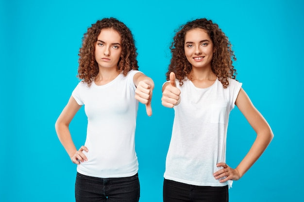 姉妹双子の1つは嫌悪感を示し、もう1人は青よりも好きです。