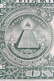 大きな印が付いた1ドル紙幣の一部です。 1ドルの紙幣の中のプロビデンスの目。