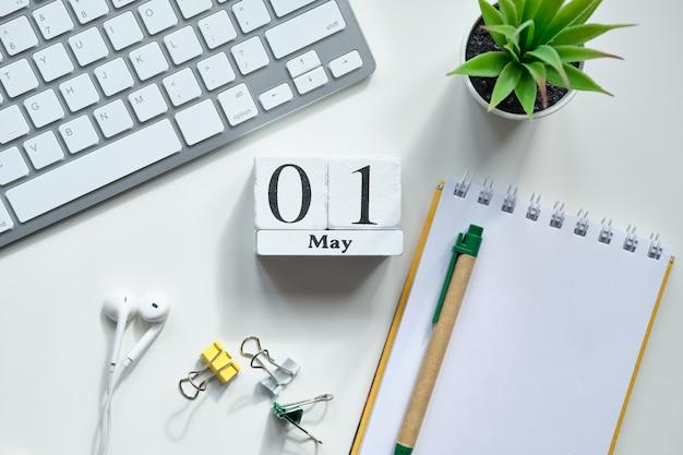 木製ブロックの最初の1日5月の月間カレンダーのコンセプト。