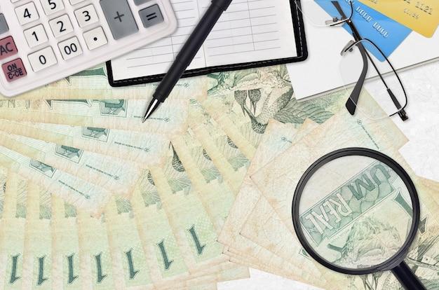 1ブラジルレアル紙幣と眼鏡とペン付き電卓