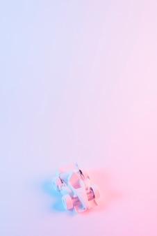 Окрашенный автомобиль формулы 1 на розовом фоне с copyspace